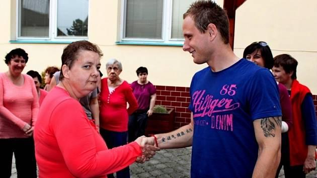 Zástupci 1. FC Slovácko přijeli pozvat klienty Domova Karla Rachůnka na nedělní ligový zápas se Spartou.