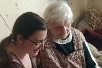 Dobrovolnice Petra pomáhá v Huštěnovicích nevidomé seniorce Janě překonávat samotu.