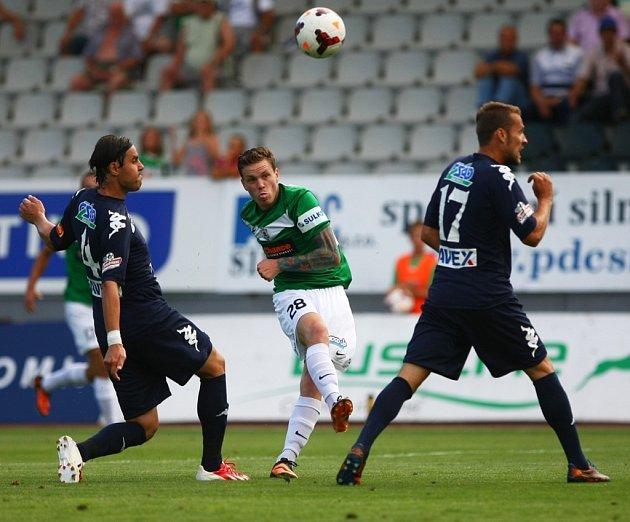 FK Baumit Jablonec (zeleno bílé dresy) - 1. FC Slovácko. Uprostřed Ondřej Vaněk.