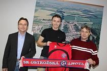 Michal Kordula v Ostrožské Lhotě. Na fotkách se starostou obce Antonínem Jelénkem ( v brýlích) a trenérem Josefem Dominikem.