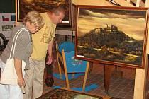 Hrad Buchlov a kraj pod ním stulený zachytil olejovými barvami Ctirad Kubošek z Roštína.
