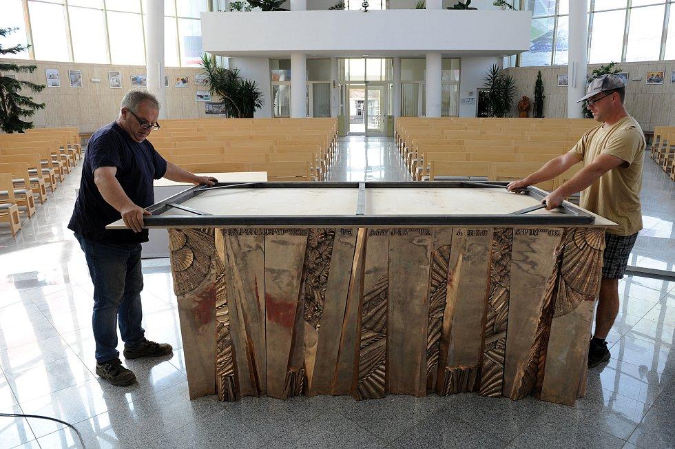 O instalaci obětního stolu v chrámu Sv. Ducha ve Starém Městě se postarali cizelér Dominik Janík a akademický sochař Otmar Oliva s pomocníky.