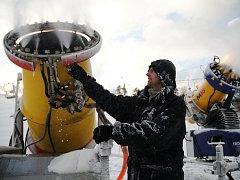 Provozovatel Lubomír Orel připravuje sjezdovku