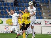 Fotbalisté Slovácka (v bílých dresech) už šest zápasů čekají v HET lize na vítězství. V 9. kole doma pouze remizovali s Karvinou 0:0. Foto: Michal Chadim
