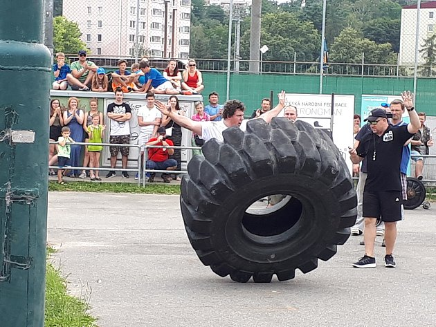 Divácky nejoblíbenějším kouskem je převracení pneumatik Tire flip.
