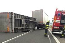 Poryv větru převrátil na obchvatu Bánova návěs nákladního vozu. K události došlo v pondělí 11. prosince kolem půl desáté dopoledne.