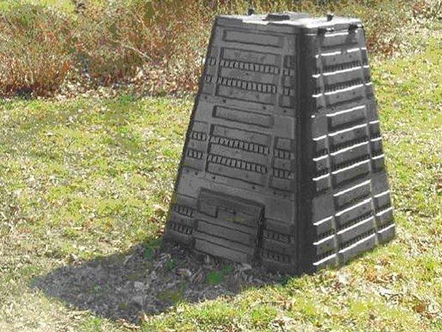 """Nenápadná nádoba kompostéru se stane pro tři sta březolupských domácností užitečnou """"výrobnou"""" kvalitního hnojiva."""