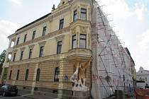 Rohový dům na Palackého náměstí, který zviditelňují především dvě postavy atlantů, obsadili v těchto dnech stavební dělníci.