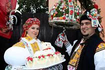 HODOVÍ VLÁDCI. Zdeněk a Daniela Pastorkovi kralovali loňské hodové chase a zvítězili v soutěži O nejpohlednější stárkovský pár roku 2012.