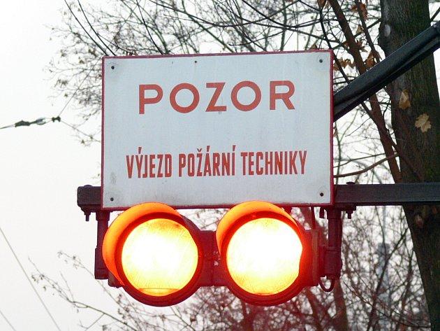 Ani semafor, který upozorňuje na výjezd hasičů ze stanice, mnohé řidiče nezastaví.⋌