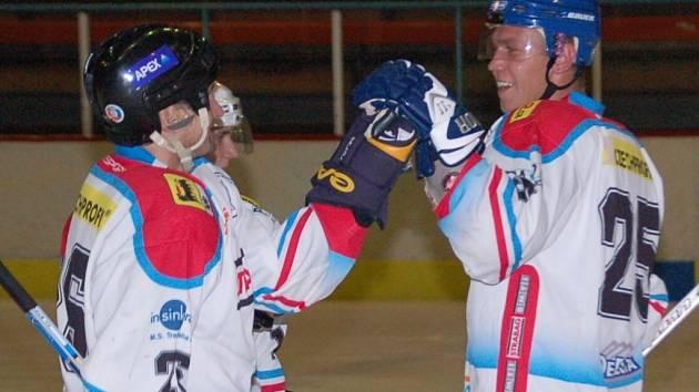 Útočník hokejistů HC Uh. Hradiště Petr Boháč (vlevo) přijímá gratulace od svých spoluhráčů k první brance v síti Břeclavi.