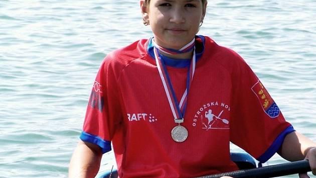 Dvanáctiletá kajakářka Ostrožské Nové Vsi Kateřina Pjajčíková vybojovala na závodech ve slovenském Zvolenu dvě medaile.