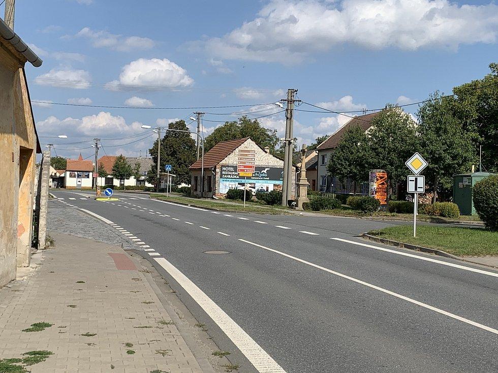 Místo budoucího polyfunkčního domu v Ostrožské Nové Vsi Chylicích, se stalo jádrem sporu.