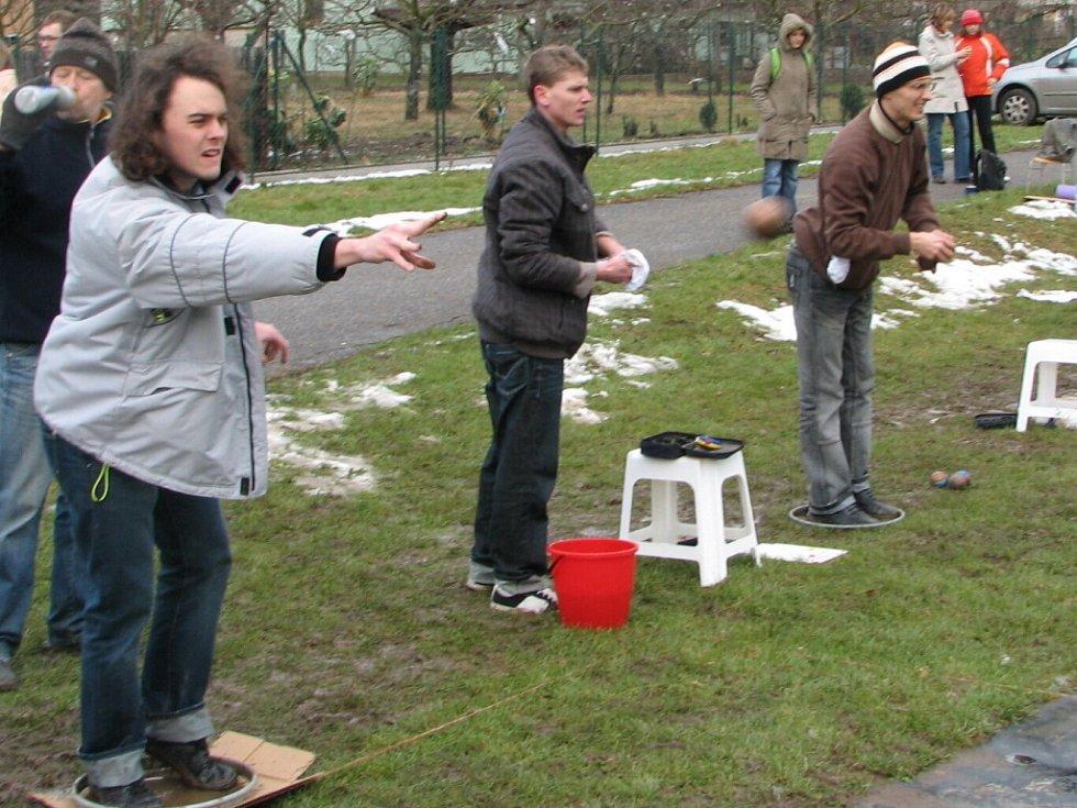 Každý z hráčů usiloval o to, aby koule dopadla co nejblíže ke košonku či prasátku.