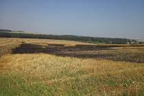 Požár pole mezi Nivnicíc a Suchou Lozí.