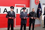Požehnání nového hasičského praporu, auta i opravené zbrojnice v Traplicích