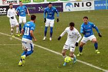 Fotbalisté Slovácka (v bílých dresech) se naposledy utkali s Baníkem Ostrava doma v březnu.