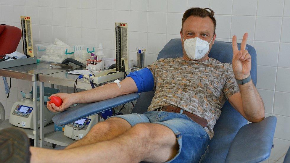 Herec Slováckého divadla Tomáš Šulaj při darování krve v transfuzním oddělení Uherskohradišťské nemocnice.