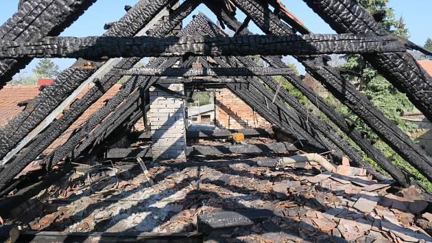 Ruina rodinného domu po nočním požáru v Uherském Ostrohu