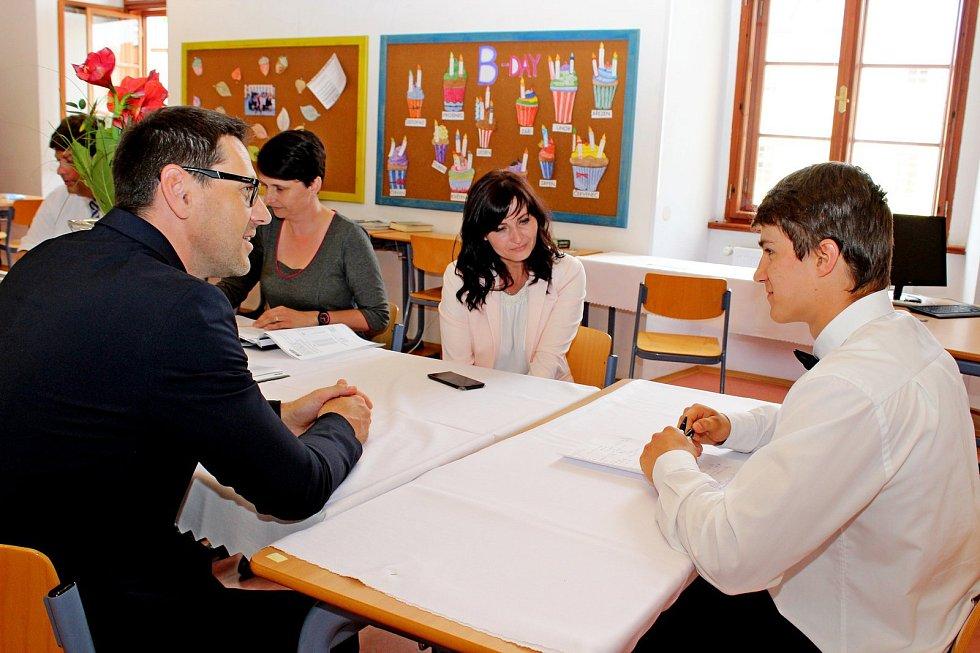Šestapadesáti studentům Stojanova gymnázia Velehrad utekly čtyři roky jako voda a ve čtvrtém květnovém týdnu je čekala zkouška zdospělosti před maturitní komisí.