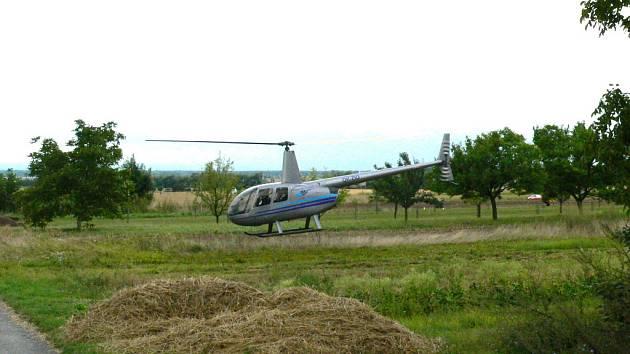 Přiistání helikoptéry na pozemku místního zemědělského družstva povolil jeho předseda Josef Hrabec.