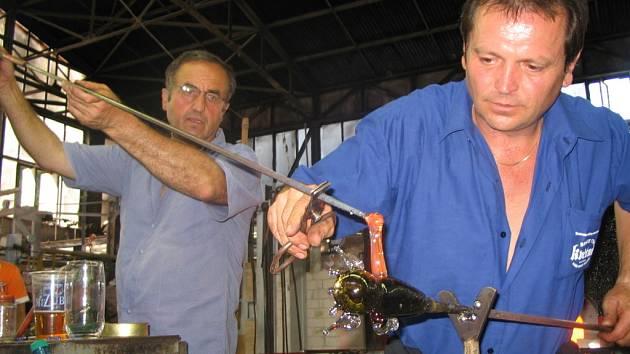 Nedostatek sklářů citelně pciťují u tavicích pecí v Moravských sklárnách Květná.