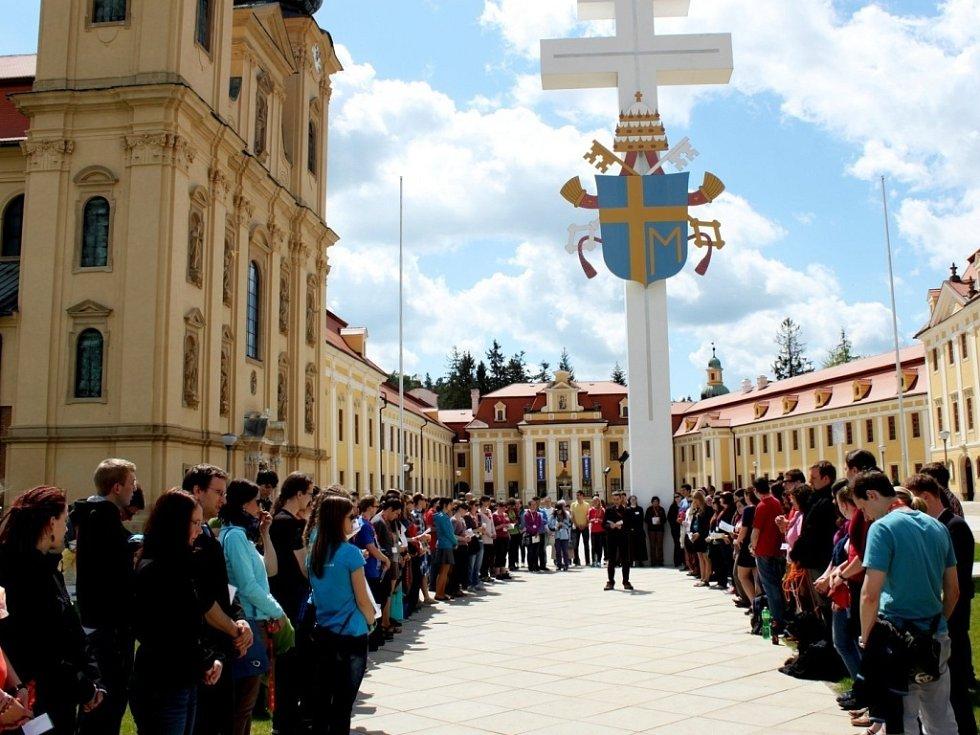 Vysokoškoláci se scházejí ve 12 hodin k polední modlitbě před velehradskou bazilikou.