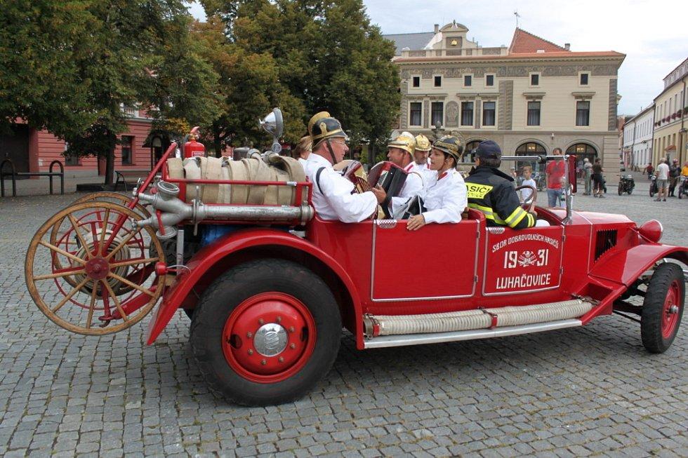 Při srazech veteránů nemohou chybět ani luhačovičtí hasiči, kteří si pro obveselení vozí harmoniku i své manželky.