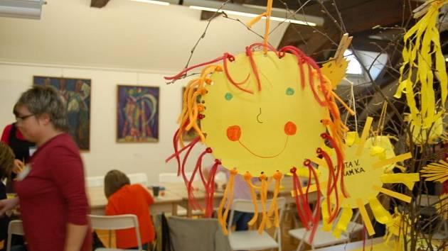 Sluníčky ozdobili malí tvůrci připravené větve.