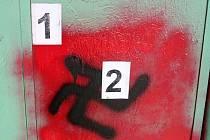 Na zdech a silnicích v Rudicích a Nezdenicích, od neděle 19. do středy 22. srpna, někdo nastříkal nacistické znaky i hákové kříže.