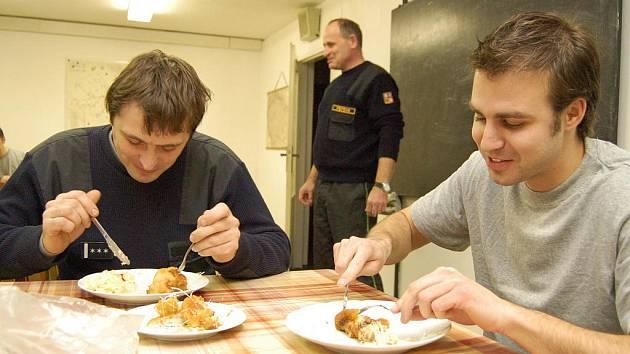 Členové HZS při štědrovečerní večeři. Ilustrační foto.