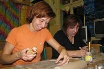 Šikovným keramičkám vznikaly pod rukama drobné figurky či větší postavy, misky a vázičky