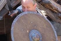 Pavel Štěrba předvádí své nástroje.