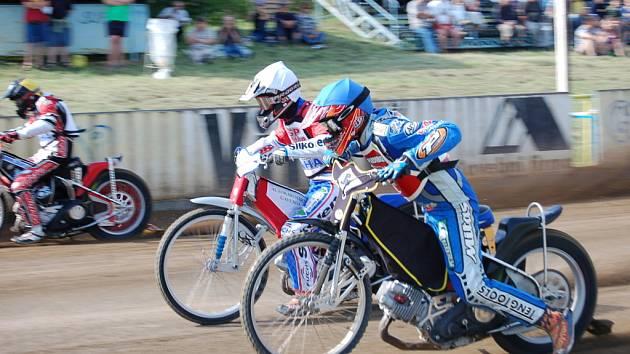 Třetí závod seriálu mistrovství České republiky tříčlenných družstev se uskutečnilo na plochodrážním stadionu v Březolupech.