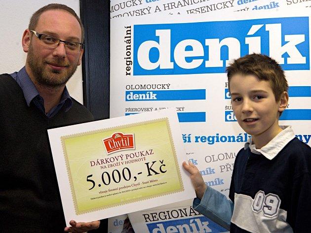 Šéfredaktor Olomouckého deníku Martin Dostál předává Petru Bubeníčkovi šek v hodnotě pěti tisíc korun