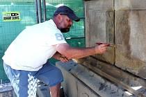 Omšelou sochu i sloup s podstavcem si vzal do parády vlčnovský kameník Petr Blaha.