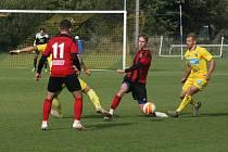 Fotbalisté Strání (žluté dresy) v 10. kole divize E přivítali Nové Sady.