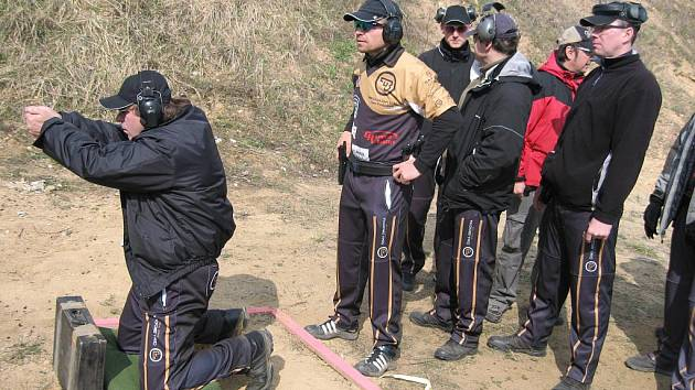 Vítěž divize Production Miroslav Zapletal (první stojící) z Teamu CZ Shooting se připravuje ke zdolání další střelecké situace.