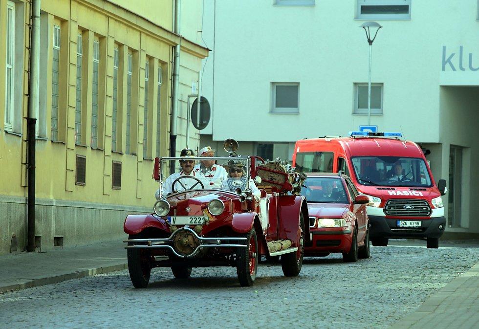 Jízda historických hasičských vozů na náměstí v Uherském Hradišti.