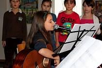 Jak jinak mohli velehradští školáci vítat příchod Vánoc než písničkami a hudbou.