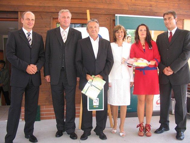 Majitel VOMY Miroslav Mahdalík (třetí zleva) převzal ocenění od  Mirka Topolánka (druhý zleva).