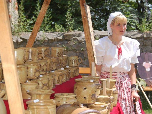 Návštěvníci hradu Buchlov se díky jarmarku historických řemesel vrátili do minulosti.