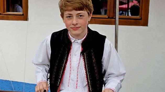 Čtrnáctiletý Josef Macek z Tupes, žák tamní základní školy, ZUŠ v Uherském Hradišti, cimbalista a zpěvák cimbálové muziky Džbánek a Mladé CM z Buchlovic.