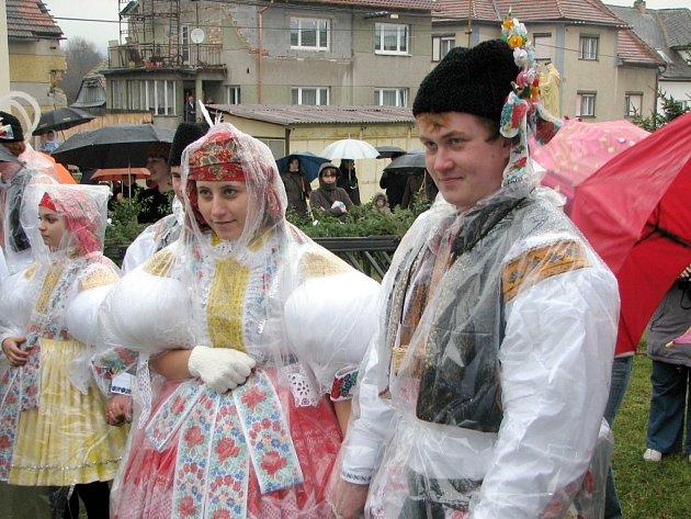 Krása krojů při kudlovických hodech zanikla pod pláštěnkami a deštníky.