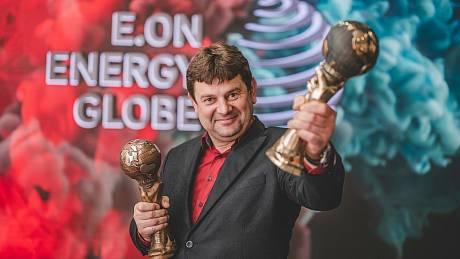 Starosta Hostětína Jaroslav Boleček scenami Energy Globe 2020 pro vítěze vkategorii Obec a absolutního vítěze.