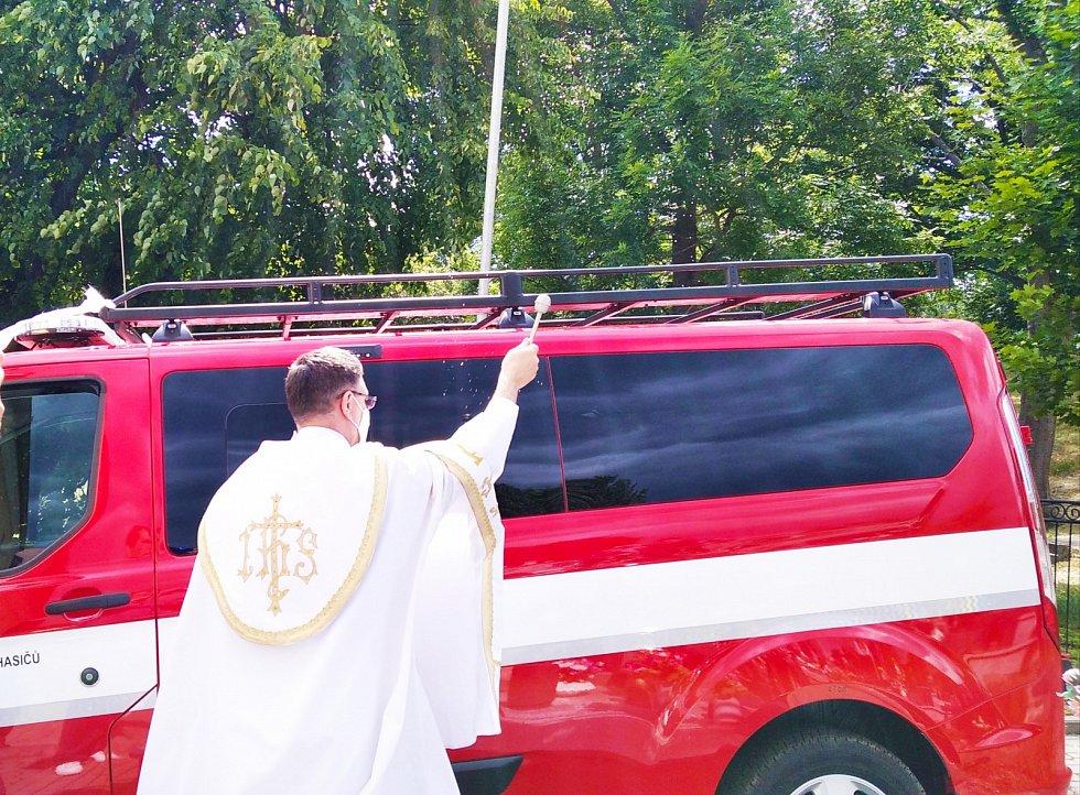 Nové hasičské auto už je posvěceno.