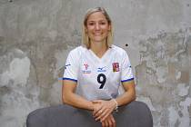 Kristýna Salčáková na dvorku Kafe uprostřed.