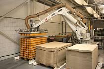 Výroba v podniku Hamé v Kunovicích. Robotická linka na paletování výrobků.