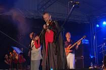 V jeden obrovský večírek plný pohody a spontánních tanečních kreací se proměnil nedělní koncert srbského seskupení režiséra a hudebníka Emira Kusturici The No Smoking Orchestra v Uherském Hradišti.