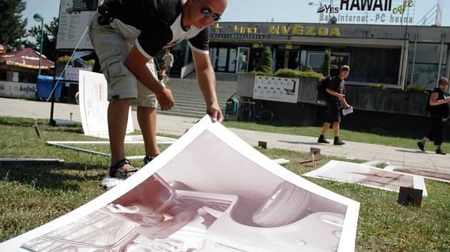 Jednu z mnoha výstav s názvem V objektivu senior, instalovali v okolí kina Hvězda.